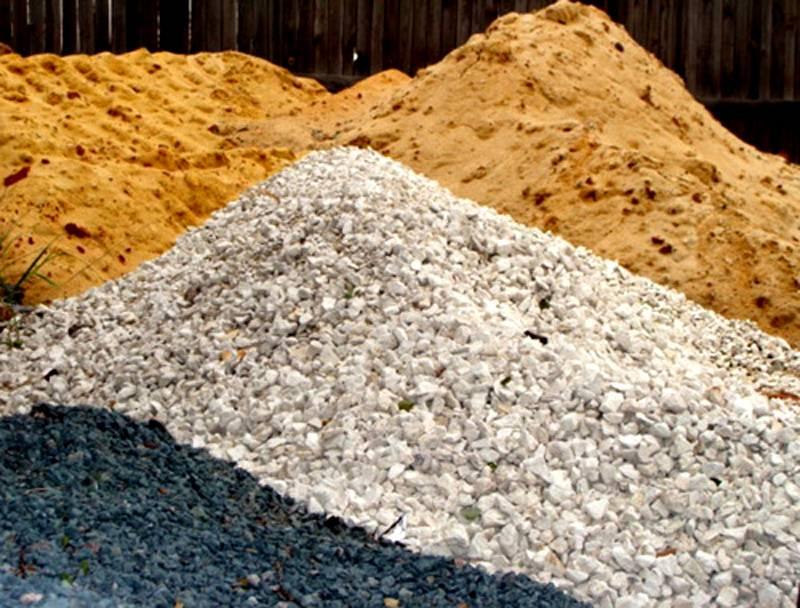 Наполнителем в бетонной массе выступает смесь песка и щебня