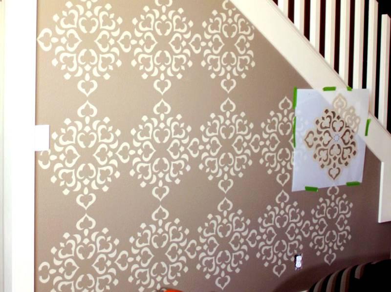 После перемещения трафарет необходимо как следует протереть от остатков краски на края, чтобы не запачкать стену в новом месте