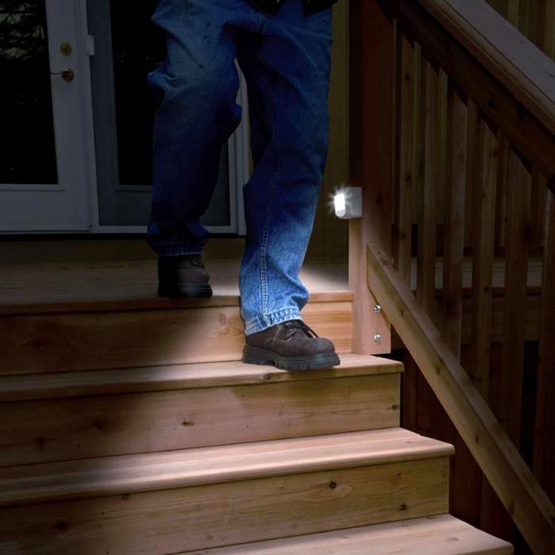 Такой светильник удобно включать с применением локального детектора настенного типа