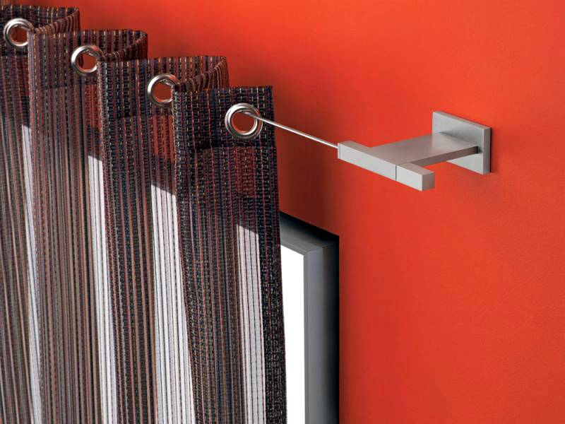 Для закрепления штор с кольцами используют металлические трубы разной толщины, натянутый трос
