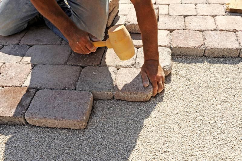 Плитку необходимо выкладывать так же, как и в первом варианте с той разницей, что поверхность нужно обязательно выравнивать киянкой из резины