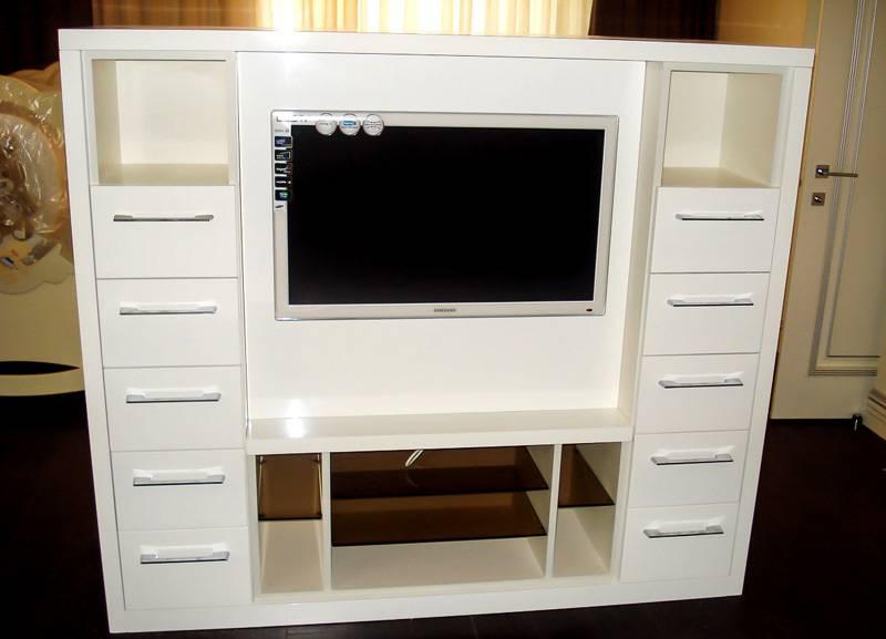 Комод с местом для экрана вмещает множество домашних мелочей
