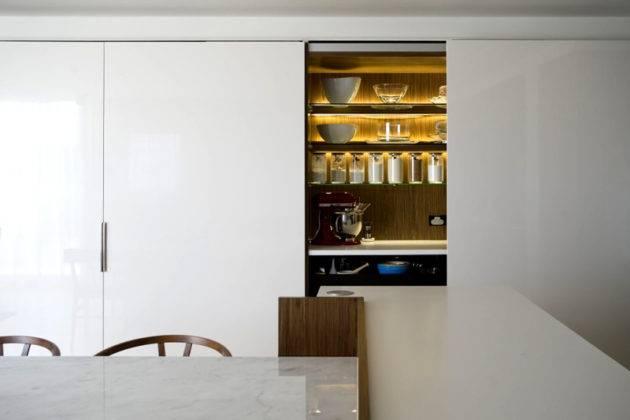 Стеклянные полки шкафа не препятствуют распространению световых волн