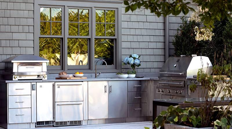 Летнюю кухню также можно оснастить профессиональным электрическим грилем