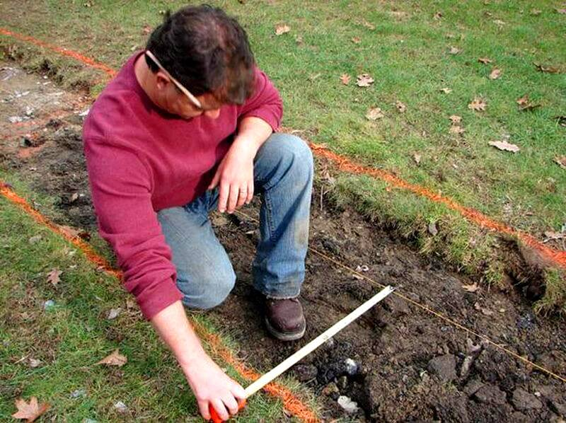 Расстояние от веревки до поверхности земли должно быть равно высоте плитки. Потом по этому маячку можно ориентироваться при укладке