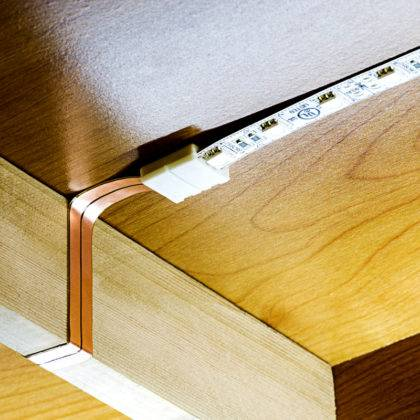 Ленты с закрепленными на них полупроводниковыми приборами фиксируются надежно на чистой поверхности. На обратной стороне полосы есть клеевой слой