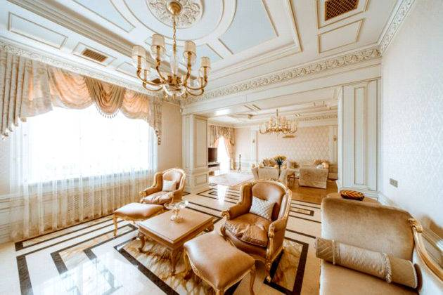 Скрытый архитектурной конструкцией и люверсами вариант монтажа потолочного карниза