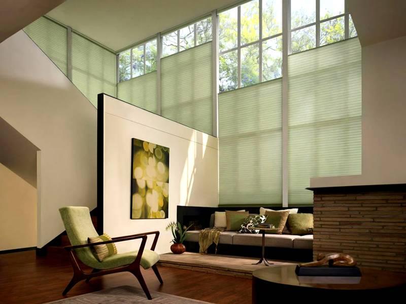 В крупных оконных проемах устанавливают жалюзи («плиссе»), или шторы с электроприводом, дистанционным управлением