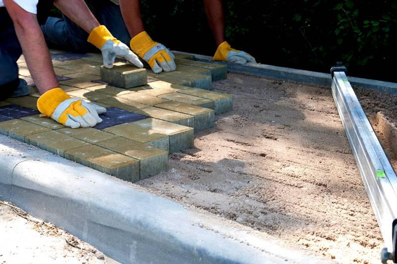 В расчёт стоимости работ включаются подготовка основания с выкапыванием котлована и установка бордюров