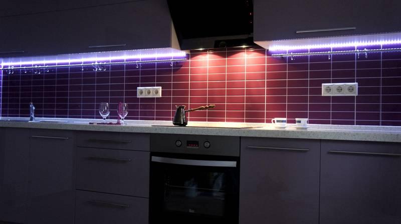 В помещении кухни повышенная влажность и температура. По этой причине важно применять здесь только ленты, защищённые силиконом или эпоксидной смолой