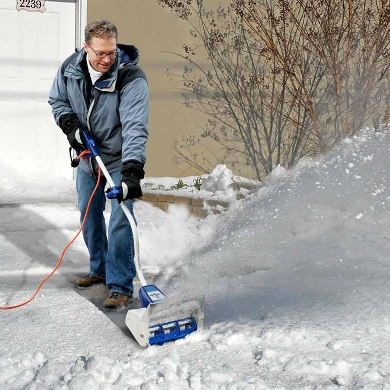 Небольшимручным бензиновым снегоуборщиком управлять не сложно