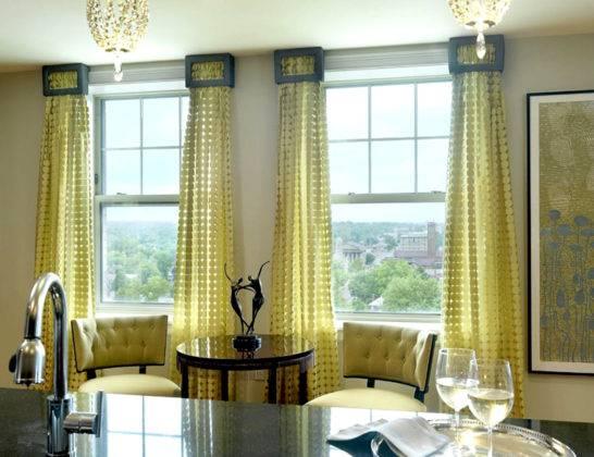 Гостиная-кухня, повторение цветовых оттенков при оформлении окна и выборе обивки мебели