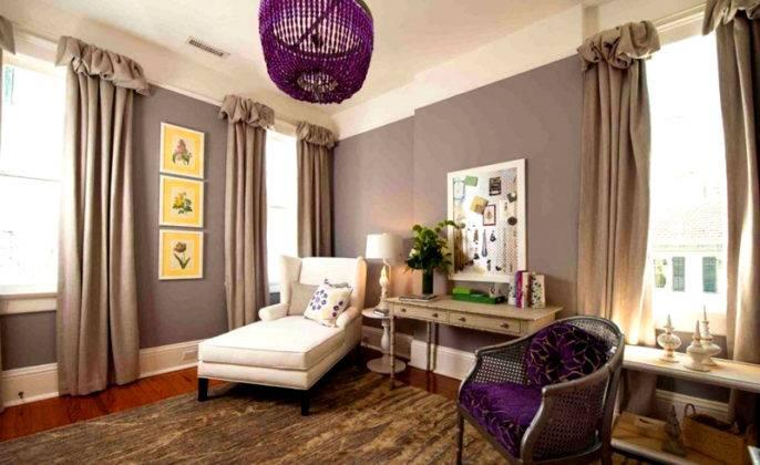 Чтобы серый цвет не выглядел скучно, в интерьер добавлены фиолетовые и желтые вставки