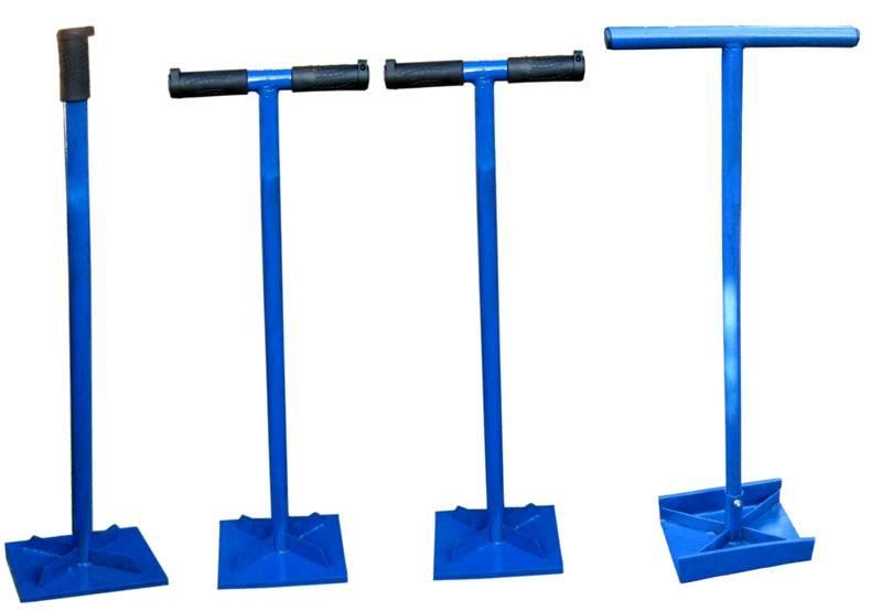 Трамбовщик можно изготовить самостоятельно из листа железа или фанеры, трубы и двух ручек