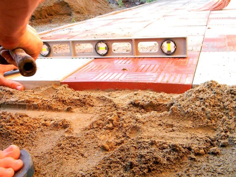 Если в процессе выявляются неровности основания, подсыпается песок