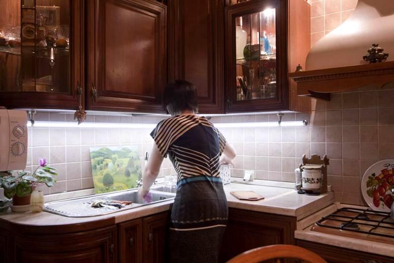 Монтаж светодиодных светильников для кухни над рабочей поверхностью поможет снизить затраты на электроэнергию