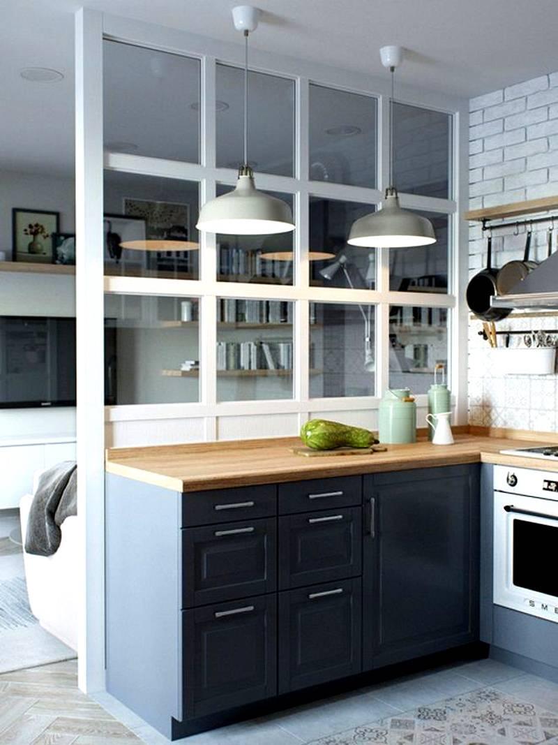 Такой перегородкой предотвращают свободное распространение запахов из кухонной зоны по квартире