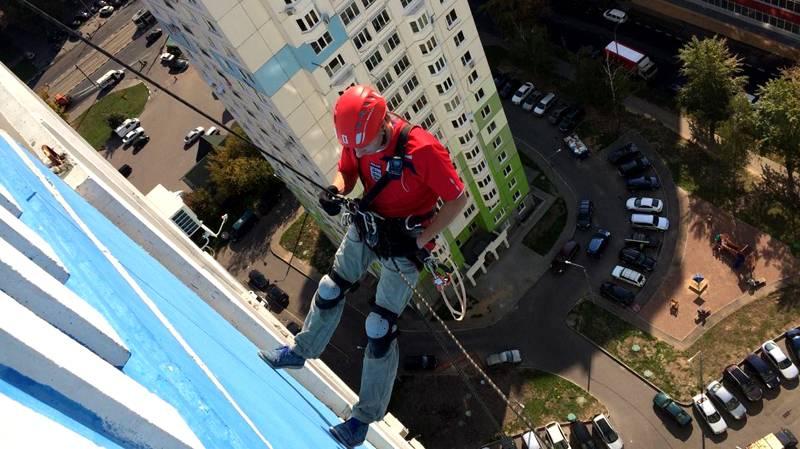 Для выполнения работ на большой высоте надо нанимать строительных альпинистов