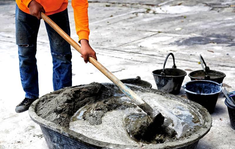 Если бетономешалки нет, не стоит брать слишком большую посуду. Малое количество смеси просто размажется по ней, а большое – будет не под силу перемешивать вручную