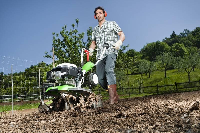 Многофункциональное устройтсво поможет обрабатывать землю от сорняков и вносить удобрения