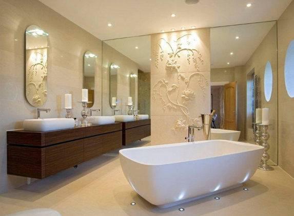 Для отделки стен фактурной штукатуркой в ванной комнате не сложно подобрать состав, устойчивый к влажности