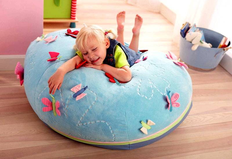 Бескаркасная конструкция в детской не просто сидение, это предмет для игры