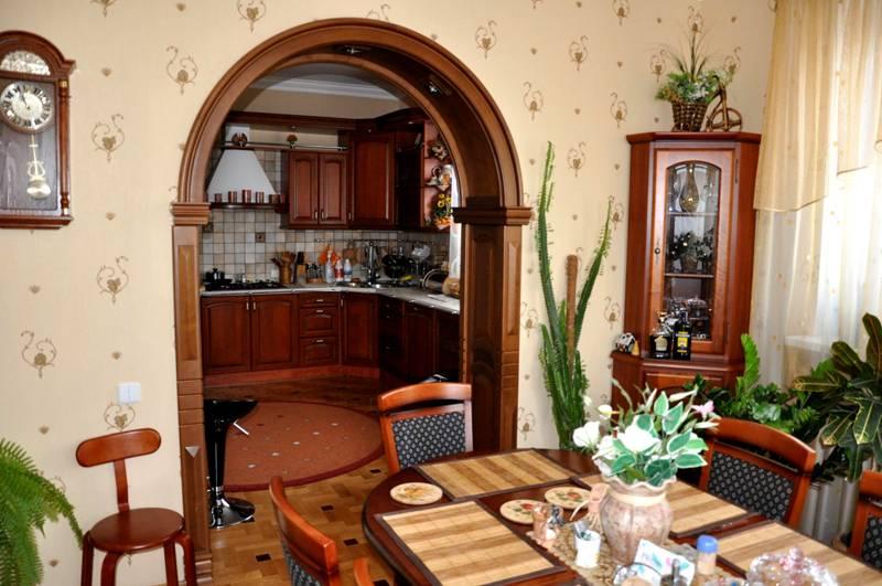 Следует предусмотреть защиту материала арки от повышенной влажности и оседающего на кухне жира. Покрытие лаком - удачная идея