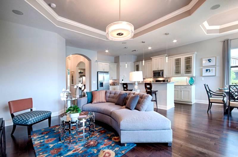 Потолок из гипсокартонных плит в гостиной, совмещенной с кухней и столовой