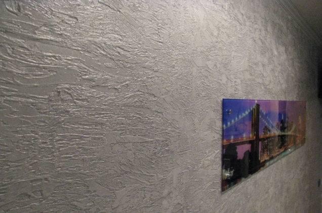 Рельефная поверхность – подходящий фон для картины, иного украшения