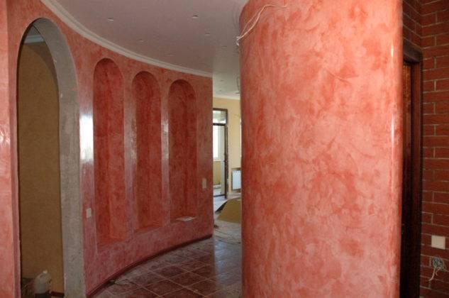 Штукатурка подходит для отделки арок, изогнутых стен, колонн, закругленных выступов