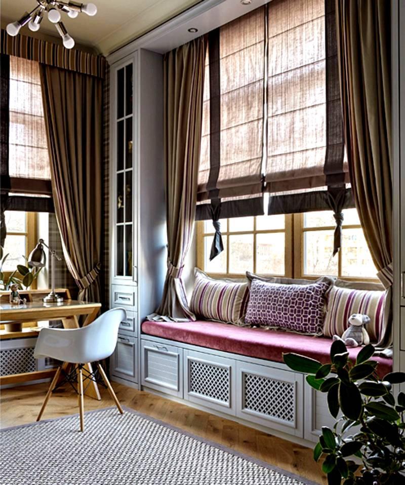 Если в комнате высокие потолки и много окон, пригодится подъемный механизм с электроприводом
