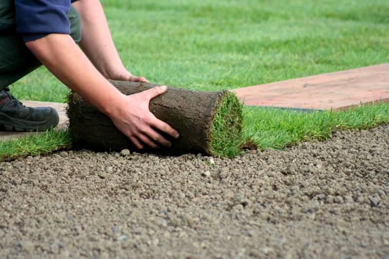 В деревянной беседке может не быть пола, вместо него мягким ковром постелите газон. Если строение без стен – солнышко будет время от времени заглядывать под навес. Для поддержания роста газон нужно время от времени поливать