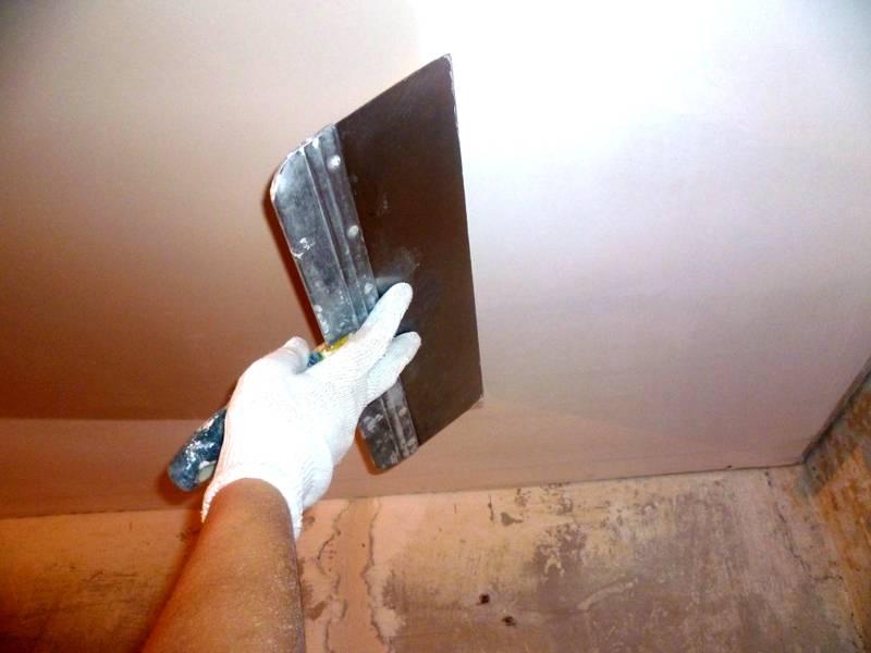 Традиционная шпаклевка потолков – грязный, длительный и трудоемкий процесс