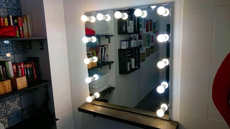 Зеркало в гардеробе следует оформить мягким светом
