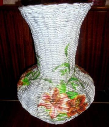 Рисунок на вазе из газетных трубочек можно сделать с применением техники «декупаж»