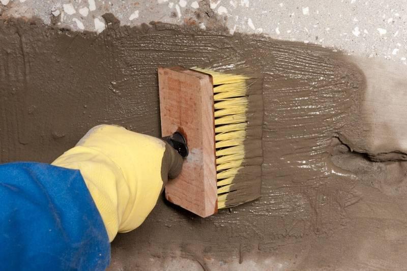 Для нанесения состава и формирования уникальных поверхностей применяют щетки, полиэтиленовые пакеты, губки для мытья посуды, иные подручные средства