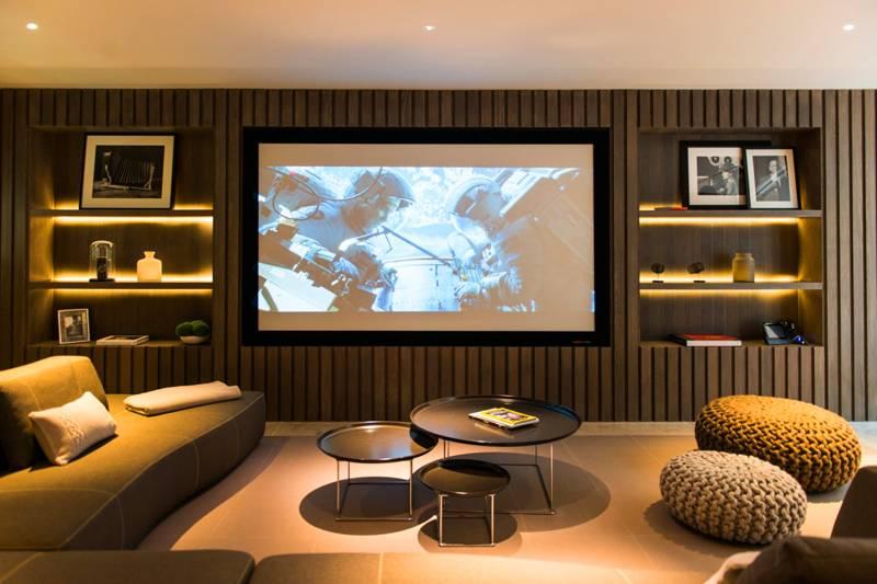 В горке обычно размещают телевизор, так что следует продумать и расположение деталей домашнего кинотеатра