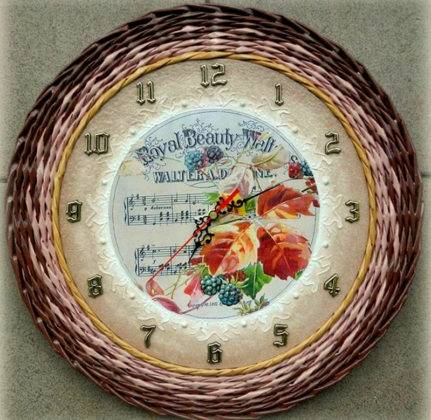 Стандартные часы превращают в эксклюзивное изделие с помощью плетеной рамки