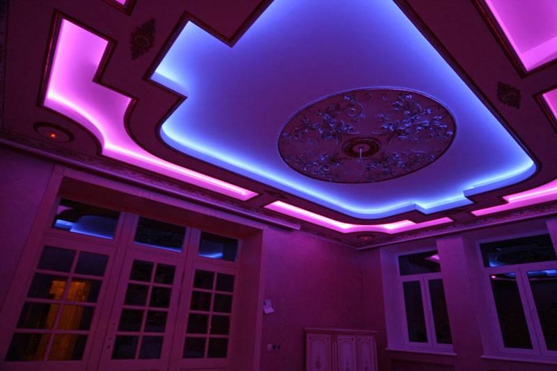 С помощью светодиодов можно оперативно изменять цвет интерьера. При оснащении специальным блоком управления соответствующие трансформации будут выполняться автоматически, по заданному алгоритму