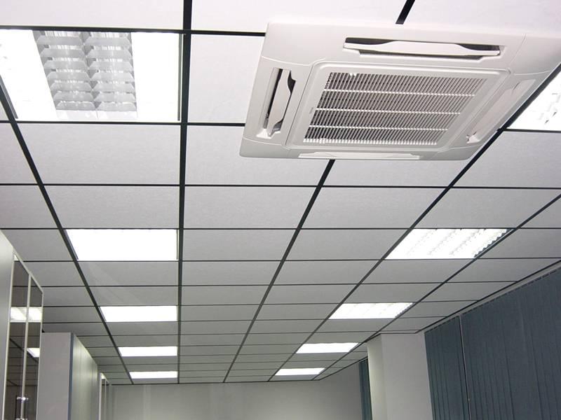 Подвесные потолки обладают определенными преимуществами. Но их строгий и слишком простой внешний вид лучше подходит для офисных помещений