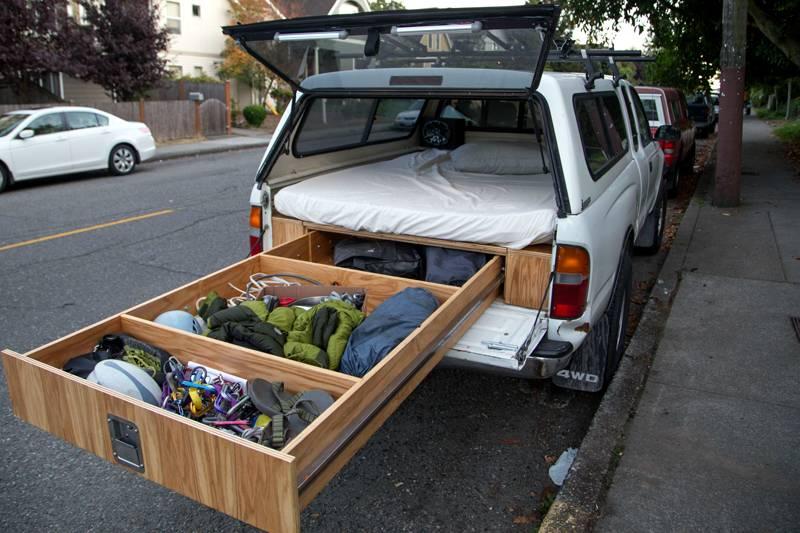 Любители автомобильных путешествий оценят фанерный органайзер для багажника. В нем поместятся все необходимые для поездки вещи