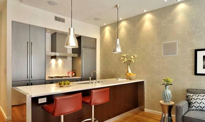 Обои на стенах сохранят долго изначальный внешний вид, если выбрать изделия, устойчивые к влажной уборке