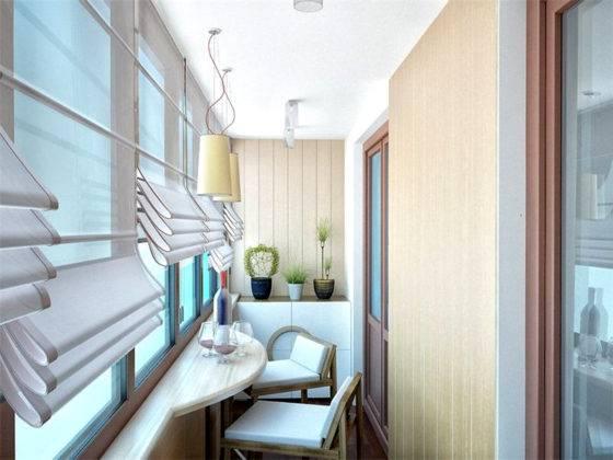 Шторы на узком балконе также помогут сэкономить пространство