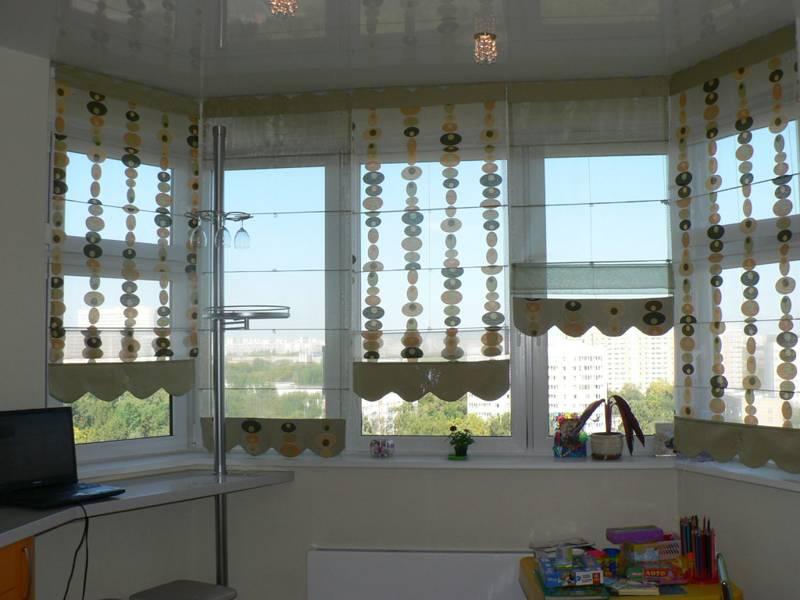 Ткани с разной степенью прозрачности на окнах комнаты помогут установить оптимальное освещение для разных зон