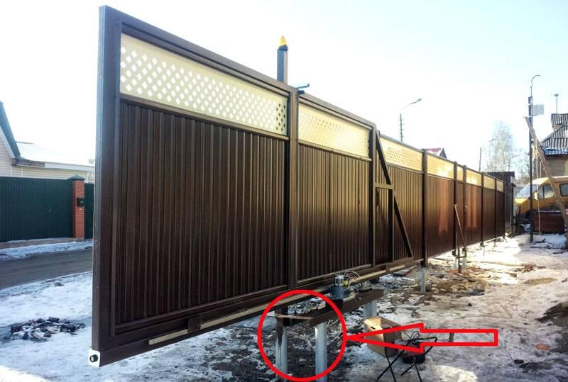 Для откатных ворот, а также для металлических эстакад выбирают диаметр более 90 мм, применяют сдвоенную схему монтажа (указано стрелкой)
