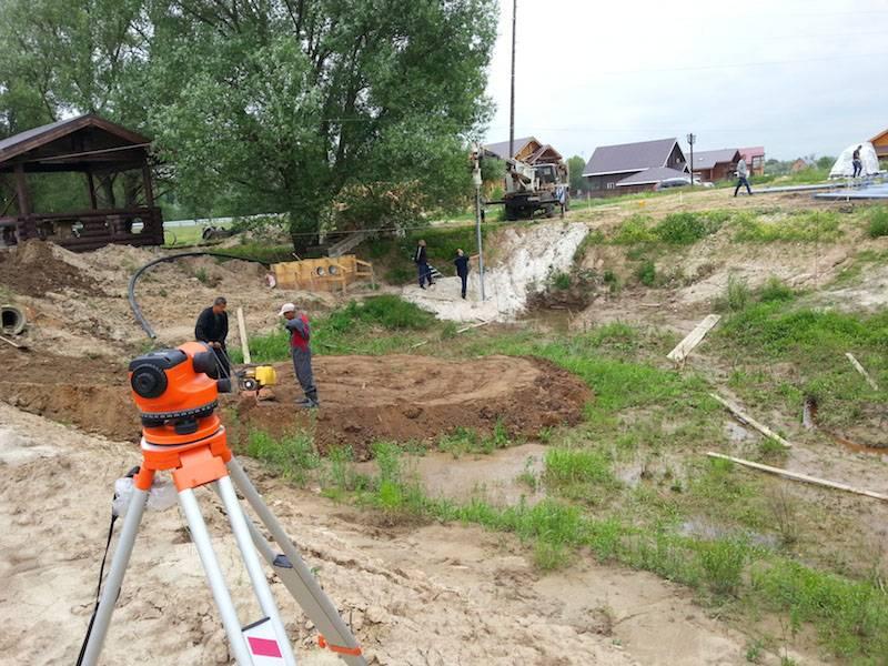 Винтовые сваи применяют на склонах, при возведении зданий на сложных по рельефу земельных участках. Для выравнивания по высоте используют нивелир
