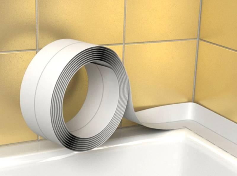 Для герметизации паза между ванной и стеной можно применить специальную гибкую ленту