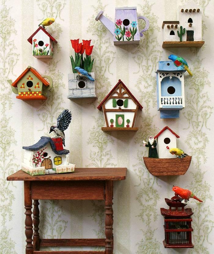 Декоративными скворечниками из картона украшают комнаты