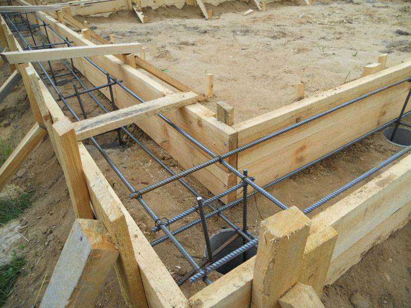 В этом фундаменте установлено по 2 арматуры в нижнем и верхнем ряду, всего – 4 шт.