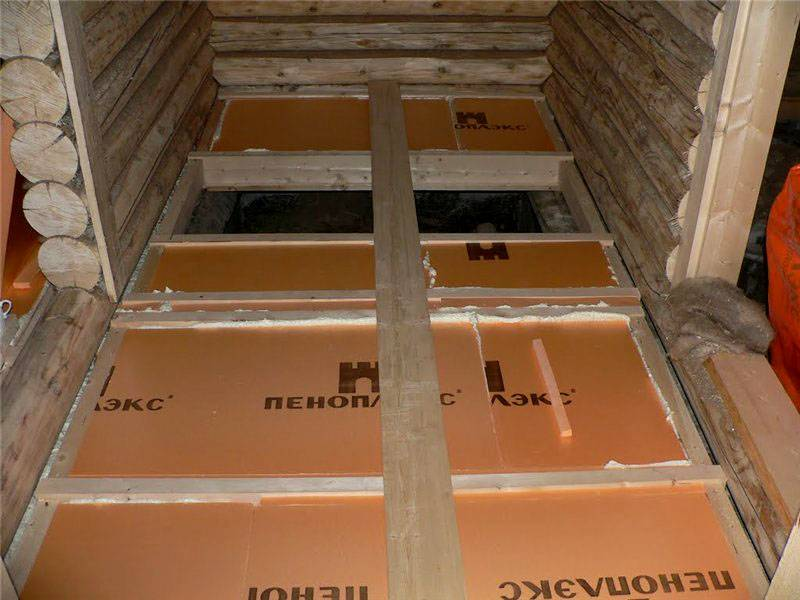 Также можно использовать изоляцию из пенополистирола. При плотности этого материала от 35 кг на м. куб и более обеспечивается достаточная прочность для жилых помещений, укрепляющие лаги не требуются